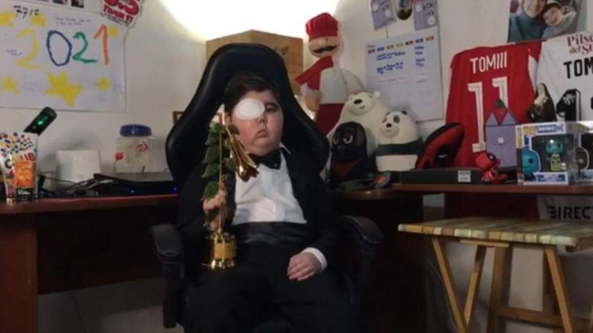 Tomás Blanch, alias tomiii 11, recibe el premio del Copihue de Oro